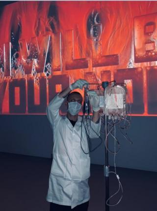 Сданная кровь наполняет ярко-красным цветом вербальные инсталляции художника