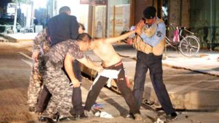 Policías le quitan cinturón explosivo.