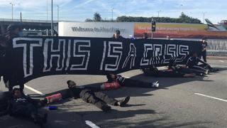 Heathrow Havaalanı önündeki gösteri