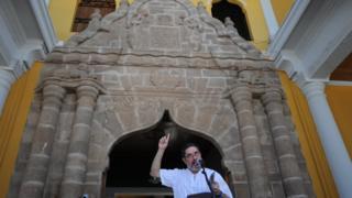 Un poeta recita sus versos durante el Festival Internacional de Poesía de Granada, Nicaragua.