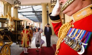Queen Elizabeth II and China's President Xi Jinping (R) arrive at Buckingham Palace