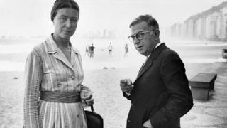 De Beauvoir y Sartre en la playa de Copacabana, Río.