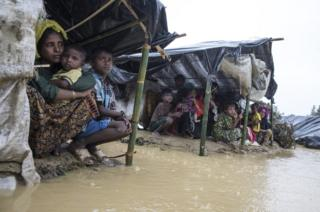 Familias se cubren en refugios improvisados de las fuertes lluvias del monzón