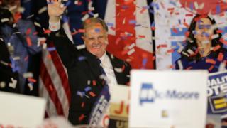 Doug Jones comemorando a vitória