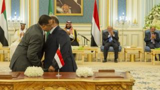Nasser al-Khabji (L) of the Southern Transitional Council and Salem al-Khanbashi (R) of the Yemeni government shake hands after signing a power-sharing deal at a ceremony in Riyadh (5 November 2019)