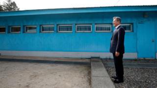 (캡션) 4·27 남북정상회담 당시 한국 문재인 대통령이 김정은 북한 국무위원장을 기다리고 있다