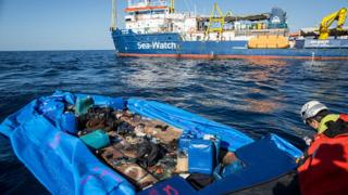 Alman yardım kuruluşu Sea Watch, İtalya açıklarında batan teknedeki göçmenleri kurtarmak için çalışıyor.