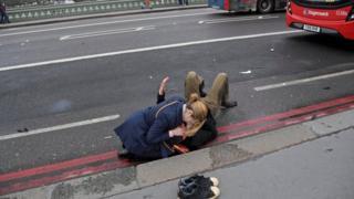 ผู้หญิงช่วยผู้ได้รับบาดเจ็บ
