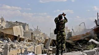 Soldado sirio en uno de los lugares atacados por Estados Unidos, Reino Unido y Francia.