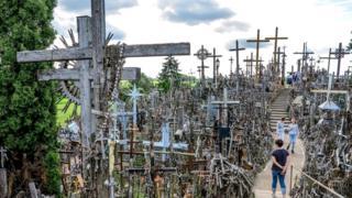 Этот холм стал местом паломничества не только для литовцев, и не только для католиков