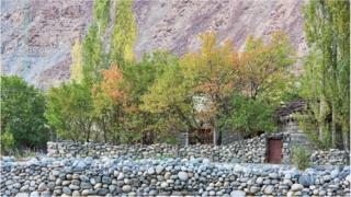 即使这里多发地震和山体滑坡,但村庄中巴尔蒂风格石墙仍然屹立不倒。