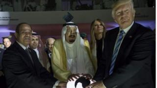 دونالد ترامب، وزوجته ميلانيا، وملك السعودية سلمان بن عبد العزيز، والرئيس المصري عبد الفتاح السسيسي، في قمة جمعتهم في الرياض في 21 مايو/آيار، 2017.