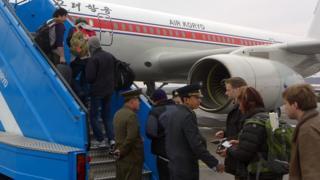 2013년 4월 6일 촬영된 이 사진에서 외교관들과 관광객들이 평양 공항에서 베이징으로 향하는 비행기에 탑승하고 있다