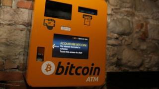 比特币可在网上购买或通过特定的ATM机购买。