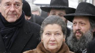 Simone Veilm en visite à Auswitch avec le président Jacques Chirac et un ancien détenu de l'holocauste