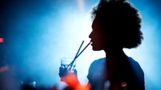 Девушка с коктейлем в баре