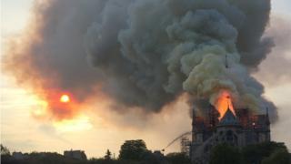 حريق هائل في كاتدرائية نوتردام في العاصمة الفرنسية