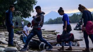 Migrantes centroamericanos llegan a Ciudad Hidalgo en el estado de Chiapas, tras cruzar ilegalmente desde Guatemala, en junio de 2019.
