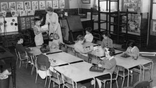 1957年,伦敦一所学校一个年级40个学生,一度只剩下9人