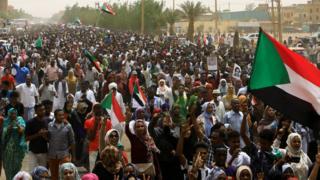 مظاهرات سودانية، هي الأضخم منذ فض اعتصام القيادة العامة، للمطالبة بتسليم السلطة إلى إدارة مدنية