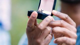女性認為最適合訂婚的日子是情人節。