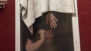 La cita de Liam Smith atrapada entre el doble cristal de la ventana del baño de éste.