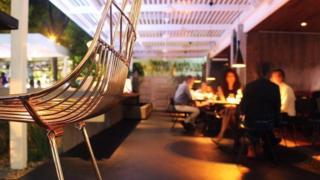 Pessoas jantando no restaurante La Esquina