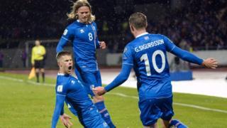 Jugadores islandeses celebran un gol