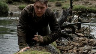 Главное содержание картины - тяжелое странствие по грязи и крови, через туши убитых лошадей и трупы погибших солдат.