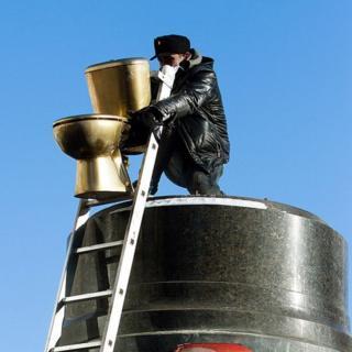 2014年在首都基辅,学生们在被捣毁的列宁雕像底座上安放了一个金色马桶。据传,亚努克维奇总统的家里就有一个类似的马桶。