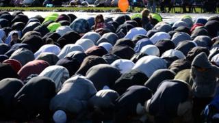 مسلمون في الصلاة