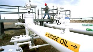 El operario Greg Buckley inspecciona las instalaciones de la Reserva Federal Estratégica de Petróleo en Big Hill, junto a Beaumont, Texas, Estados Unidos.