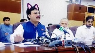 페이스북 라이브 중 샤우카트 유사프자이 장관 얼굴에 고양이 필터가 나타났다