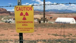 لافتة تحذر من دخول منطقة تلوث إشعاعي