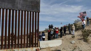 حامیان دیوار مرزی آقای ترامپ دیوار مرزی انسانی نمادین در مرز جنوبی آمریکا تشکیل دادند.