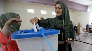 Mujer kurda votando