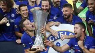لاعبو تشيلسي يحملون كأس البطولة