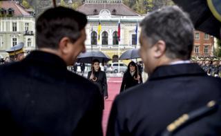 Офіційний візит Порошенка до Словенії, президент Словенії Барут Пахур, Марина Порошенко і Таня Печар під час зустрічі на площі Конгресу м. Любляна, 8 листопада 2016 року