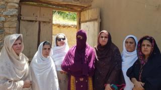 اے این پی کی رہنما بشریٰ گوہر نے دیگر خواتین کے ہمراہ اس مقامی خاتون سے ملاقات کی تھی