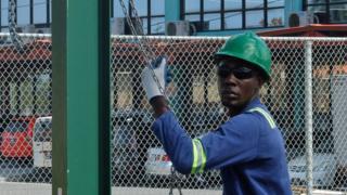 Um homem trabalha na indústria do petróleo na Guiana