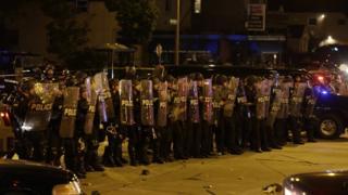 Güvenlik güçleri gösterilere karşı barikat oluşturuyor.