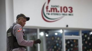 Dan sanda jamhuriyar Dominica a lokacin da yake gadin gidan rediyo FM.103
