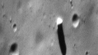 Imagem da superfície da lua marciana de Fobos, mostrando o monólito