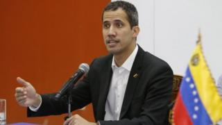 MU gihe yamenyesha ko agomba gusubira mu gihugu, Juan Guaidó atera akamo Abanyavenezuela ngo basubire mu myiyerekano y'ukwiyamiriza Perezida Nicolas Maduro.