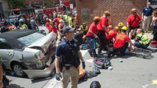 Bir aracın, ırkçılık karşıtı grupların gösterisine hızla dalması sonucu bir kişi öldü, 19 kişi yaralandı.