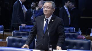 Zequinha Marinho fala no microfone em meio a bancadas do Senado