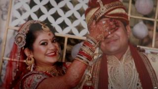 بھارت میں اب بھی ارینجڈ میرج کا دبدبہ ہے لیکن اس دبدبے کو توڑ رہی ہیں سیمی ارینجڈ شادیاں.