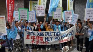 Hàng chục công nhân gười Việt biểu tình trước Văn phòng Kinh tế Văn hóa VN tại Đài Bắc hôm 5/5 để yêu cầu hủy bỏ môi giới tư nhân