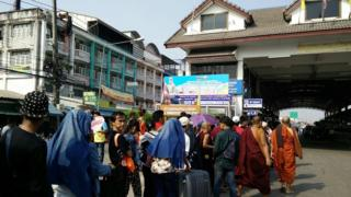 ထိုင်း- မြန်မာနယ်စပ်မှာ အလုပ်ခွင်ကို ပြန်ဝင်လာကြတဲ့ မြန်မာလုပ်သား နေ့စဉ်သောင်းချီရှိ