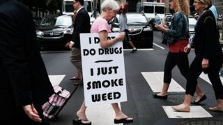 Женщины с плакатом, агитирующая за легализацию марихуаны